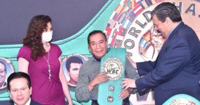 """#VIDEO / Raúl Juárez, """"Chamaco López"""", recibió su Toalla WBC de campeón del mundo"""